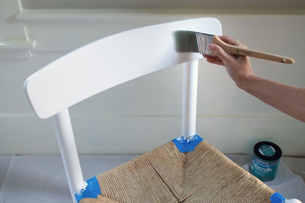 malowanie krzesła białą farbą