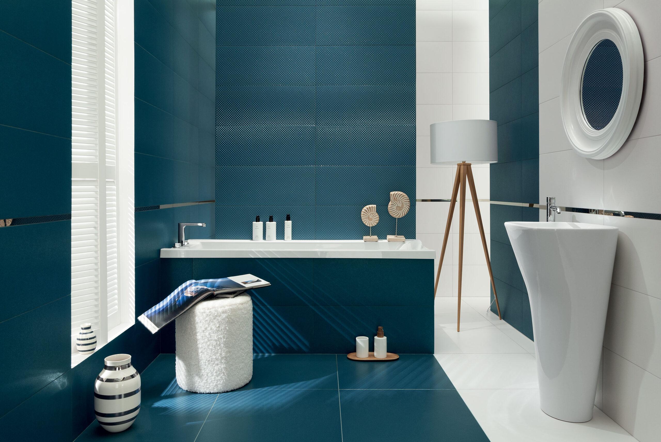 Granatowa łazienka w stylu marynistycznym.